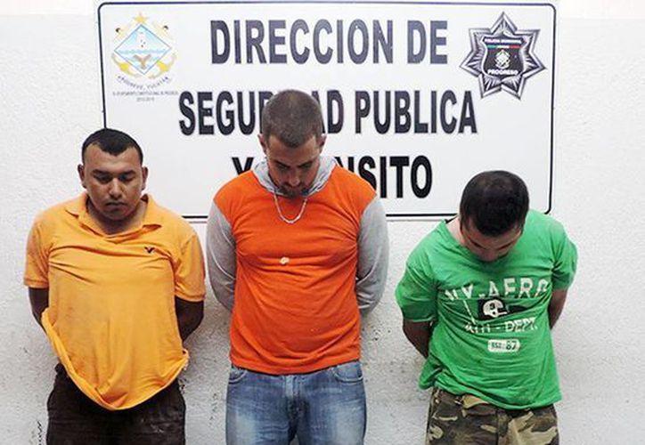José Buenfil Arcila, Yosnavi Montano Serrano, de origen cubano, y Joaquín Daurte Méndez capturados ayer por la Policía Municipal de Progreso. (Milenio Novedades)