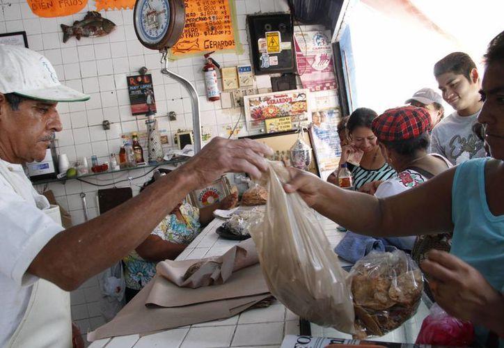 Las personas esperaron su turno para adquirir los productos marinos. (Tomás Álvarez/SIPSE)