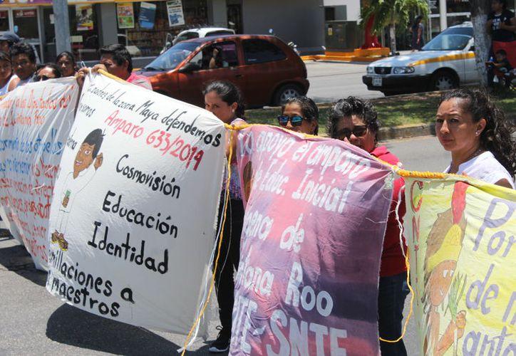 Antes del mediodía, inició la protesta de los profesores, portando mantas en las que expresaban sus inconformidades. (Joel Zamora/SIPSE)