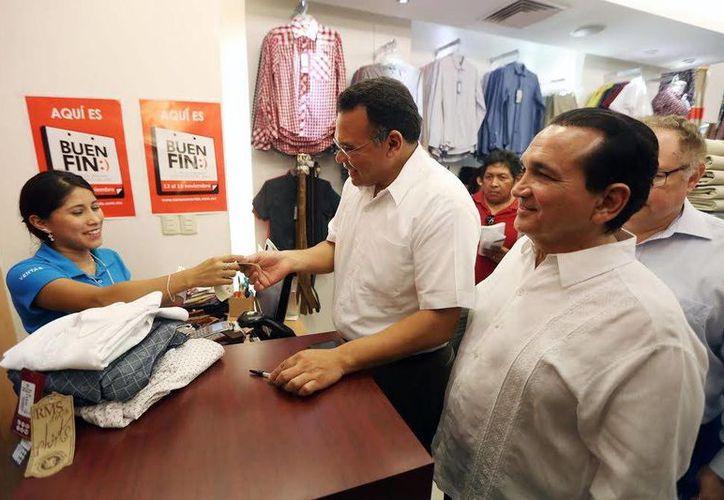 El gobernador Rolando Zapata y José Manuel López Campos, titular de la Canaco-Servytur, verifican la correcta aplicación del programa Buen Fin en una plaza comercial de Mérida. (SIPSE)