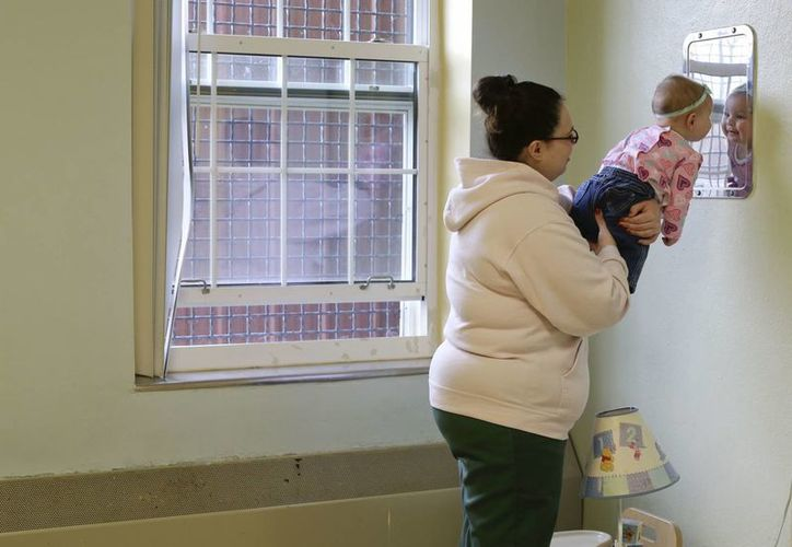 Jennifer Dumas sostiene a su hija, Codylynn, ante un espejo en su celda del penal de Bedford Hills, en Bedford Hills, Nueva York. (Agencias)