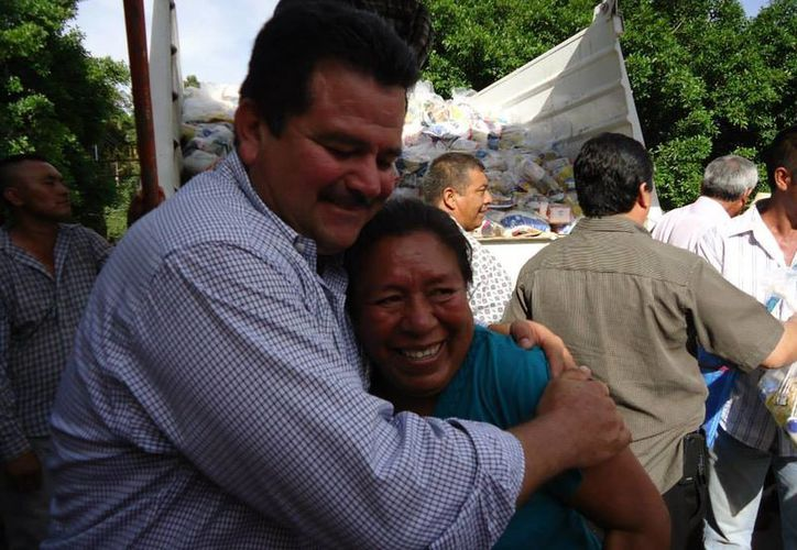 César Miguel Peñaloza Santana al entregar despensas  en las comunidades de Tlanipatlan y la Mohonera. (facebook.com/CesarMiguelPenaloza)