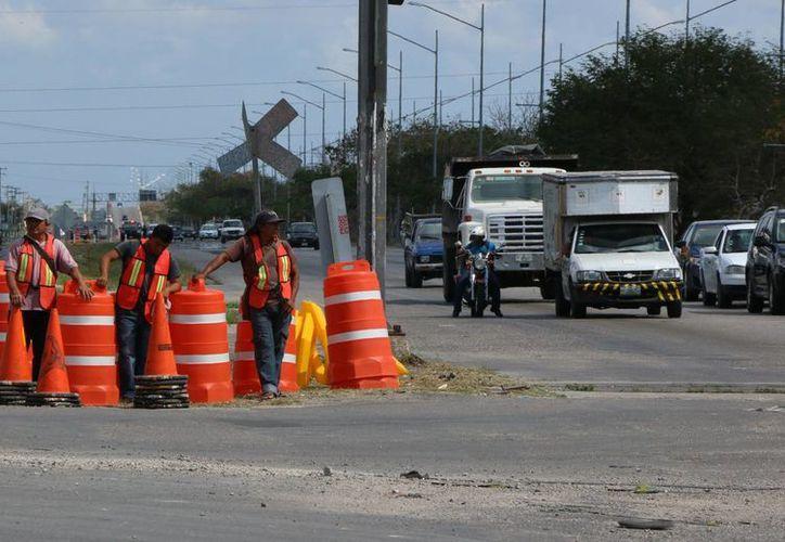 Debido a la construcción de los distribuidores viales que faltan en el Anillo Periférico, a la altura de de la Avenida 39 y el que conducirá a Tixkokob, ya empezaron los cambios viales, que se prolongarán varios meses. (José Acosta/Milenio Novedades)