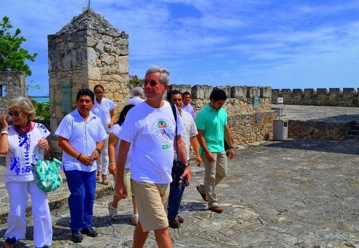 El contingente internacional pudo disfrutar de un visita guiada por el Fuerte de Bacalar. (Redacción/SIPSE)