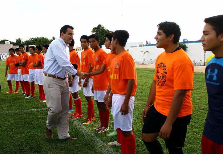 Se inauguró el primer torneo de fútbol en la cancha del Cecyte, plantel Cancún II. (Gonzalo Zapata/SIPSE)