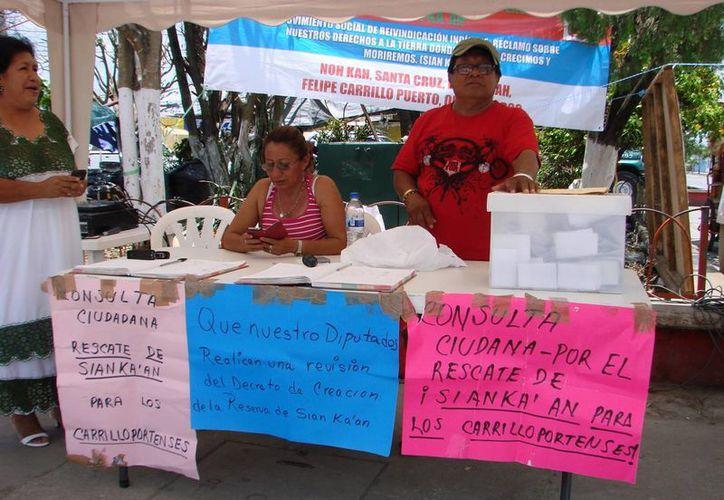 Los líderes de la presunta demanda para rescatar Sian Ka´an se colocan en cualquier sitio público de Felipe Carrillo Puerto. (Manuel Salazar/SIPSE)