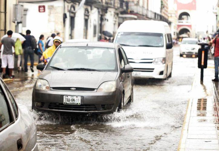 Las calles del centro de Mérida quedaron encharcadas a causa del aguacero. (Christian Ayala/SIPSE)