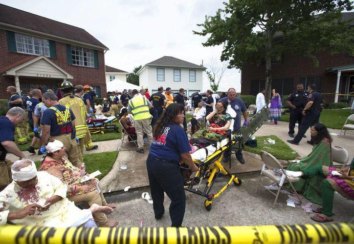 Unas cuantas personas quedaron bajo los escombros pero los rescatistas lograron ponerlas a salvo. (AP)