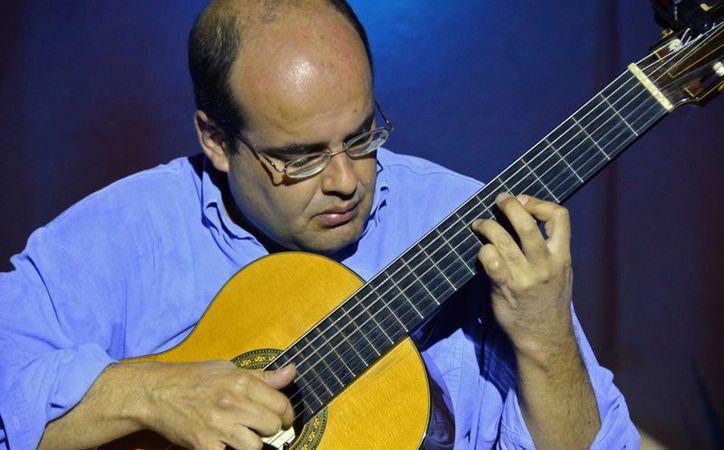 El guitarrista brasileño Arnaldo Freire ofrece un taller internacional en la Unicaribe. (Cortesía)