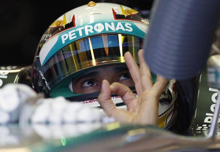 El inglés Lewis Hamilton durante una intervención en los pits en las pruebas del Gran Premio de Hungría. (Foto: AP)