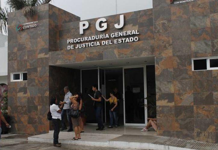Agentes ministeriales dan seguimiento al caso del asesinato en Galaxias del Sol. (Eric Galindo/SIPSE)