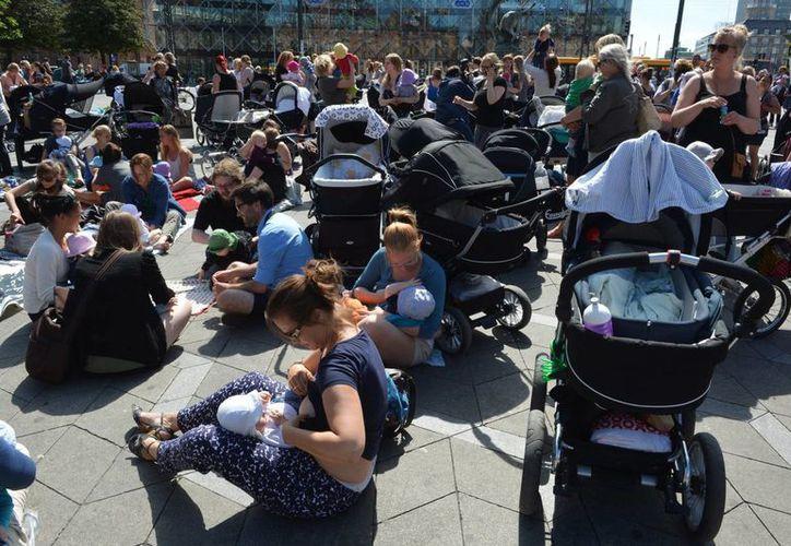 Cientos de mujeres dan de lactar a sus bebés frente a una plaza de la municipalidad en Copenhague. (Agencias)