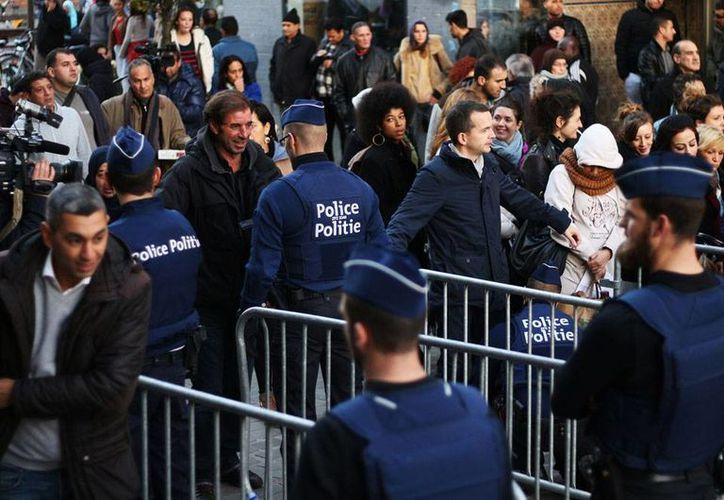 """Las redadas se realizaron en el barrio de Molenbeek, donde hoy, los residentes se reunieron en la plaza central para rechazar la etiqueta de """"nido del terrorismo"""" que se le ha colocado tras saberse que varios implicados en los atentados de París serían de allí. (Foto Notimex)"""