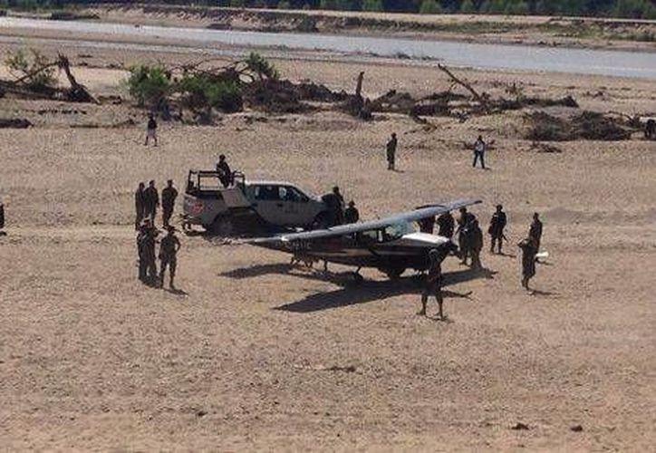 La Semar desplegó un operativo en la zona para evitar que los curiosos se acercaran al aeroplano. (Milenio)