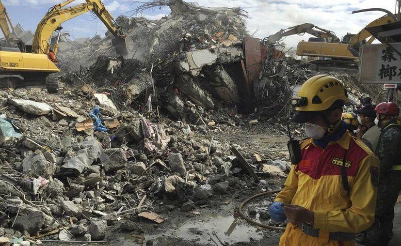 Rescatistas recuperaron los cuerpos de 114 personas  ente los escombros una semana después de un sismo en la ciudad taiwanesa de Tainan. (AP)
