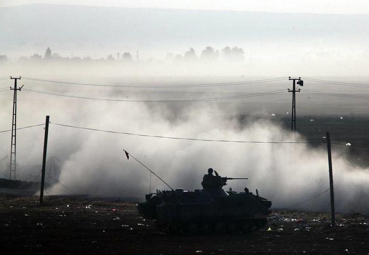 Fuerzas turcas realizan un patrullaje en las afueras de Suruc, en la frontera entre Turquía y Siria. (Agencias)