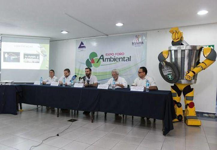 Imagen de la rueda de prensa para promover la Tercera Expo Foro Ambiental 2017, se realizará del 12 al 14 de mayo, en el Salón Chichén Itzá del Centro de Convenciones Siglo XXI. (Facebook Seduma)