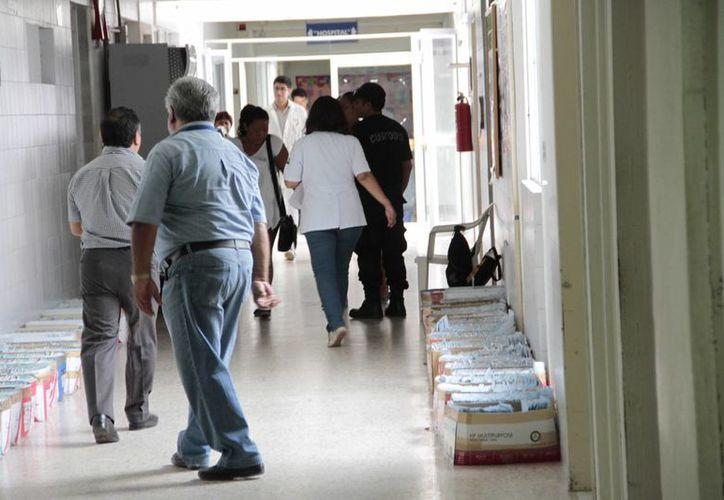 La Dirección de Infraestructura de la Secretaría de Salud (SESA) llegó al hospital general para inventariar el equipo y mobiliario que se trasladará al nuevo nosocomio apenas se termine su edificación. (Tomás Álvarez/SIPSE)