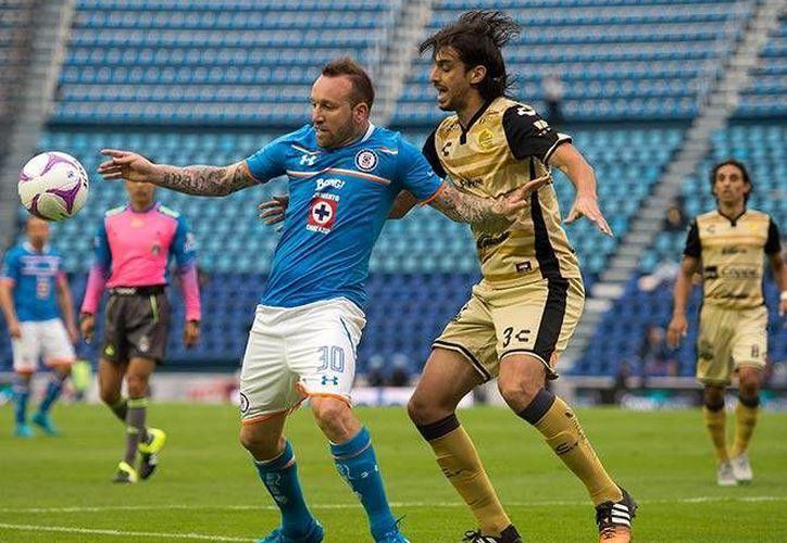 Matías Vuoso del Cruz Azul y Jonathan Lacerda de los Dorados, disputan un balón en el empate que dio inicio a la jornada sabatina de la Liga MX en el Estadio Azul. (Mexsport)