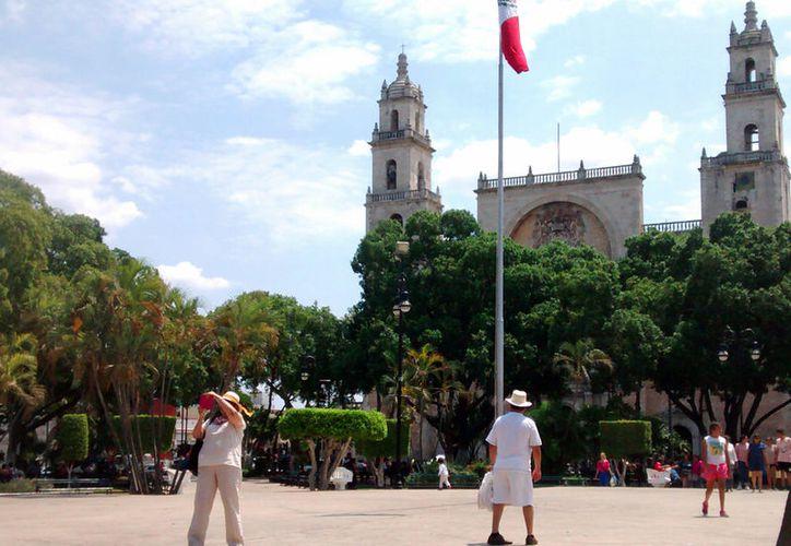 Los turistas aprovecharon el calor intenso de este sábado para pasear por el Centro Histórico. También se espera que este domingo se registren altas temperaturas. (Eduardo Vargas/SIPSE)