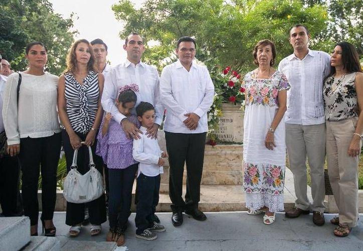 Ayer, el gobernador Rolando Zapata acudió a la conmemoración del noveno aniversario luctuoso del exgobernador de Yucatán, Víctor Cervera Pacheco, en el Panteón Florido. (Cortesía)
