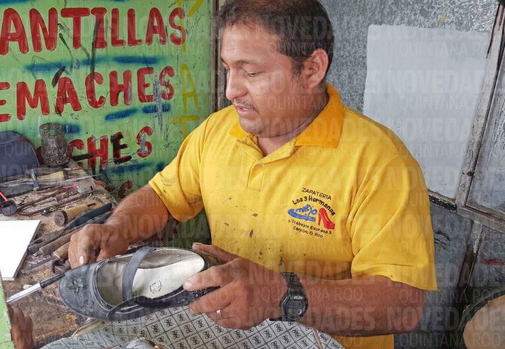 """La zapatería de William Virgilio Beltrán Martínez se llama """"Los tres hermanos"""". (Jesús Tijerina/SIPSE)"""