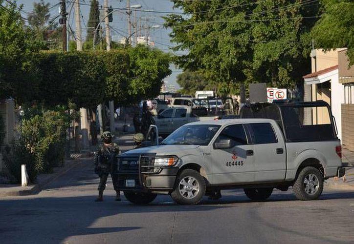 Las fuerzas armadas informaron que en la operación se incautó arsenal y vehículos blindados. (Excélsior)