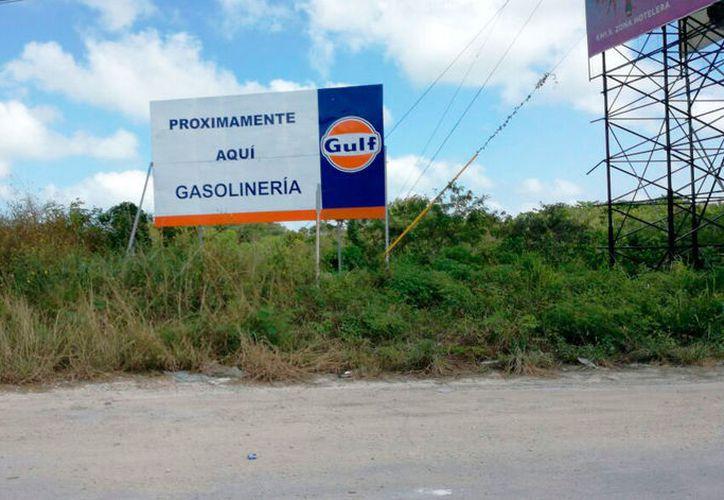 En el terreno donde se ubicará la gasolinera se encuentra un anunció de la empresa. (Cortesía)