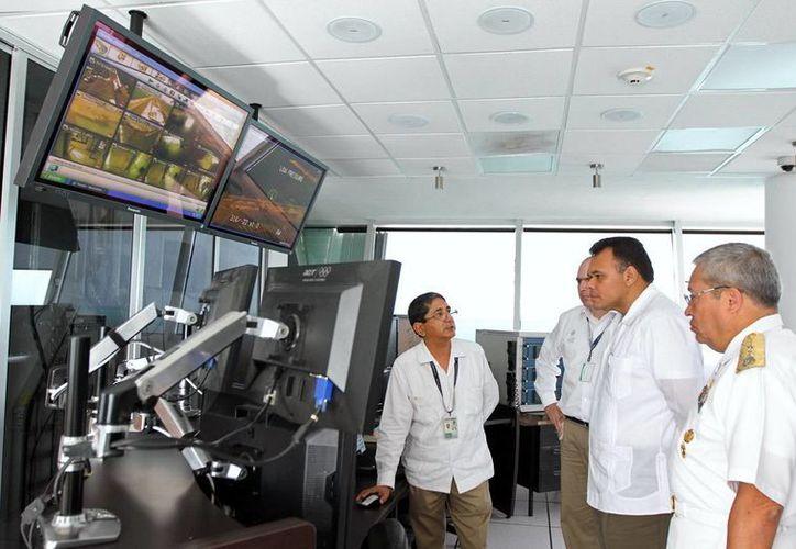 El gobernador Rolando Zapata recorre las instalaciones del Cumar. (Milenio Novedades)