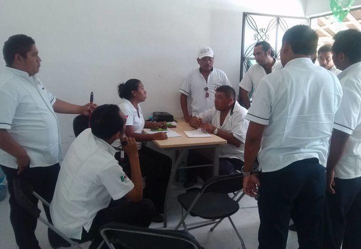 Un grupo de taxistas denunciaron ayer que los ruleteros de Valladolid representan un competencia desleal.  (Rossy López/SIPSE)
