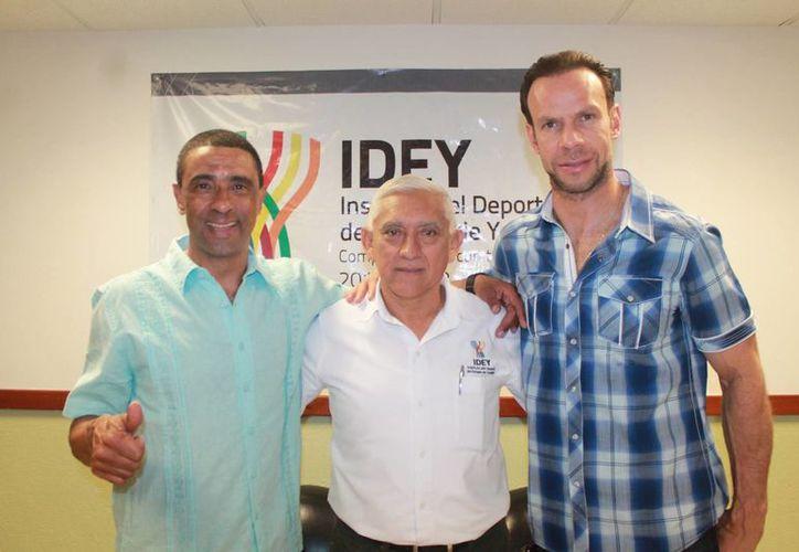 Luis Roberto Alves Zague y Cecilio de los Santos se reunieron con el titular del IDEY, Juan Sosa Puerto, para platicar sobre un proyecto para combatir la obesidad infantil en México. (SIPSE)