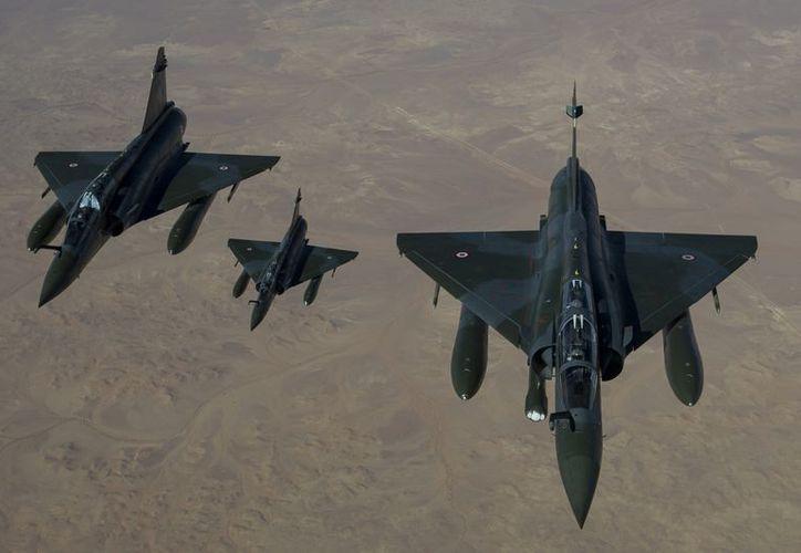 Aviones franceses Mirage 2000 D vuelan hacia N'Djamena, donde batallarán para arrebatar el norte de Malí a los grupos al-Qaeda. (Agencias)