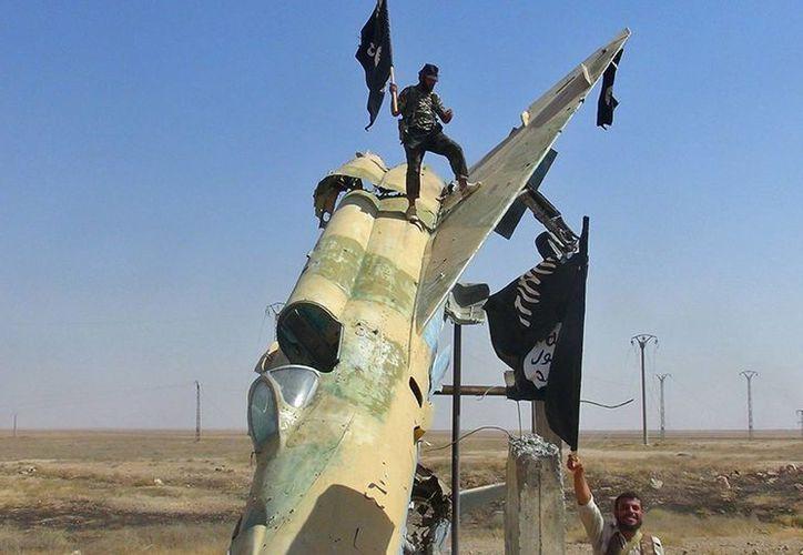 El grupo yihadista ha divulgado imágenes de sus miembros con aviones caza, pero se desconoce si funcionan. (AP)