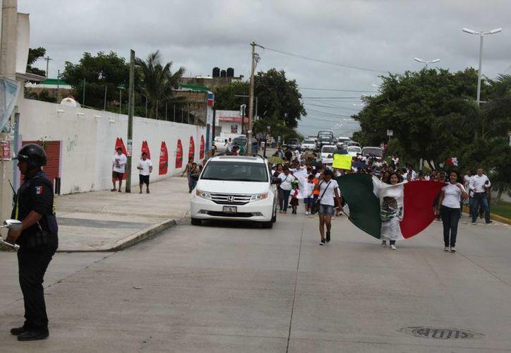 Padres de familia, acompañados de sus hijos uniformados, participaron en la marcha. (Loana Segovia/SIPSE)