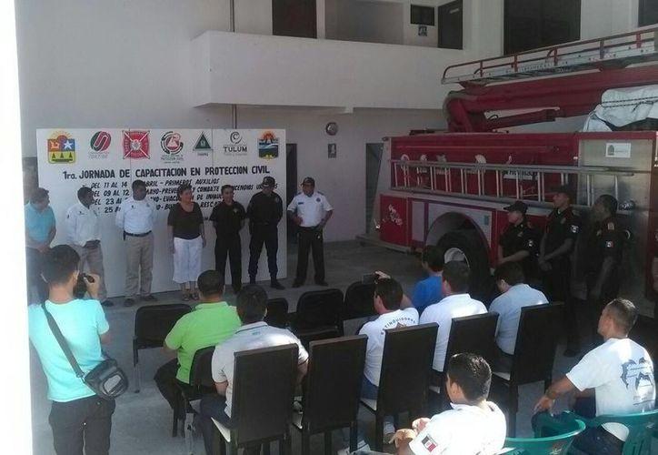 Los bomberos de Tulum reciben capacitación de parte de Personal de la Escuela Nacional de Protección Civil. (Sara Cauich/SIPSE)