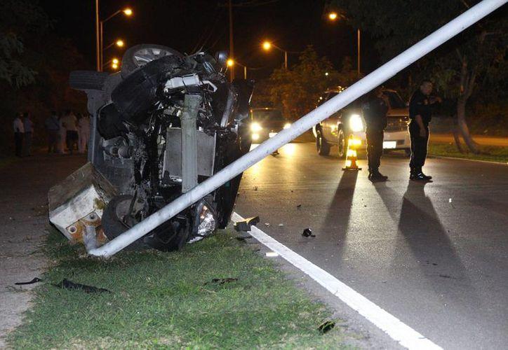 El Nissan Versa terminó volcado de su lado izquierdo. Afortunadamente ninguno de los pasajeros tuvo lesiones de gravedad. (Milenio Novedades)