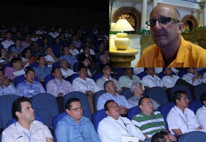 Asistentes al Seminario Internacional de Huracanes, que empezó en Mérida y continuará en Miami, escuchan la conferencia impartida por Lixión Ávila (recuadro). (Milenio Novedades)