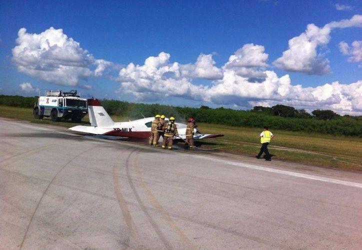 La avioneta quedó parcialmente fuera de la pista de aterrizaje. (SIPSE)