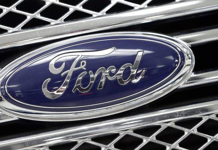 Foto del logo de Ford en la parrilla de una camioneta Ford F-150 modelo 2014. La compañía construirá una fábrica de autos pequeños en México que creará dos mil 800 nuevos empleos. (AP Foto/Alan Diaz, File)