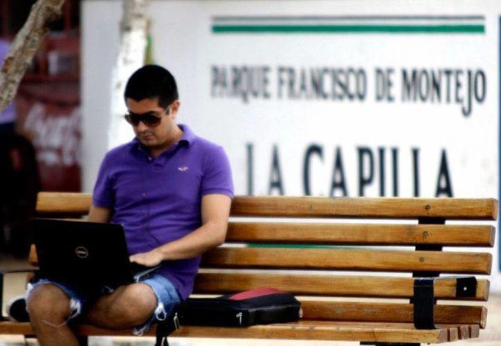 En Mérida, medio millón de personas se conectan a internet en los parques en línea, según estimaciones del Ayuntamiento. (SIPSE)