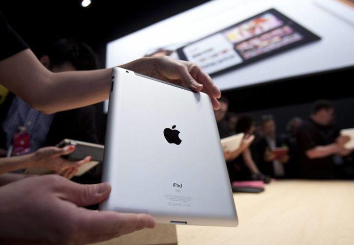 En la imagen, una persona muestra un iPad como una de las más famosas y vendidas de la Apple. (EFE/Archivo)
