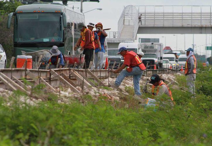 Los trabajos intensifican el tráfico durante las horas pico. (Sergio Orozco/SIPSE)
