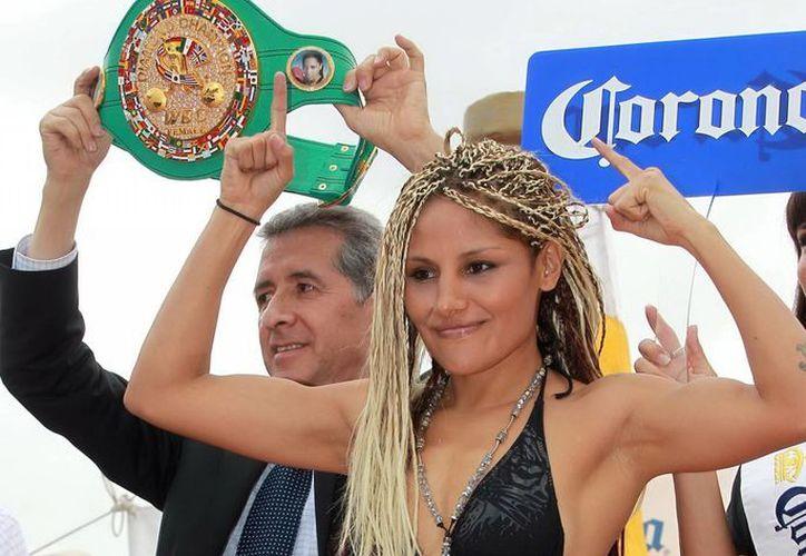 La barbie Juárez demuestra el lado femenino del box. (Agencias)