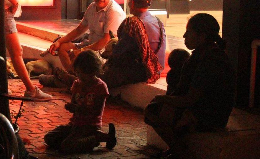 Comerciantes de la Quinta Avenida de Playa del Carmen denuncian que ha aumentado el número de niños que piden limosna en la zona. (Octavio Martínez/SIPSE)