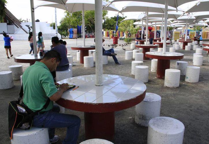 En el parque de Las Palapas se presenta saturación en el servidor por exceso de internautas. (Tomás Álvarez/SIPSE)