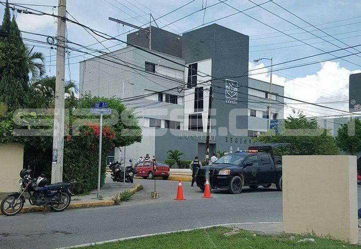 La policía cerro las calles aledañas para realizar una inspección en el hospital.  (Cortesía)