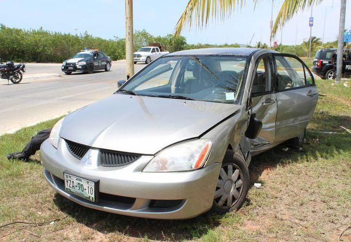 El guiador del Mitsubishi tipo Lancer, al parecer fue el culpable del llamativo siniestro de esta tarde. (Gerardo Keb/ Milenio Novedades)