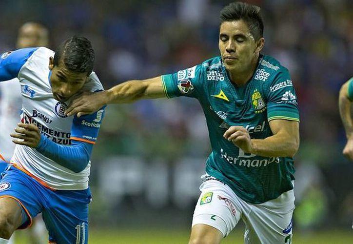 Fabio Santos, al minuto 16,  puso adelante en el marcador a Cruz Azul en cancha de León, pero la Fiera al final sacó los 3 puntos y mantiene el liderato con paso perfecto en la Liga MX. (futboltotal.com.mx)