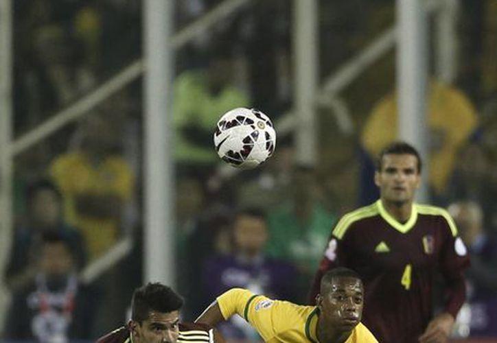 El club Gallos Blancos de Querétaro analiza fichar al brasileño Robinho, quien disputa la Copa América, como se aprecia en la foto. (AP)