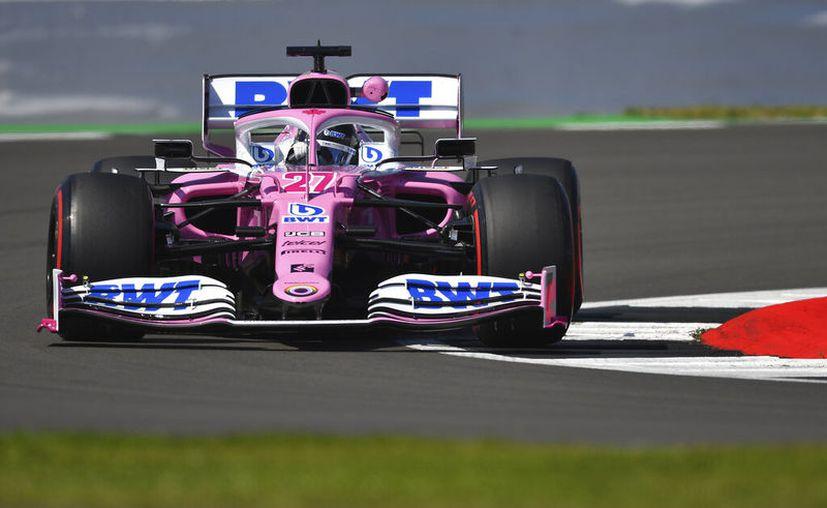 El piloto alemán Nico Hulkenberg corre en un auto de la escudería Racing Point durante la primera sesión de práctica, en el circuito de Silverstone, Inglaterra. (Ben Stansall/Pool vía AP)